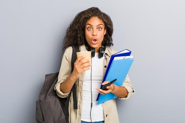 Joven mujer afroamericana lista para ir a la escuela