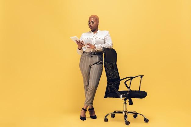 Joven mujer afroamericana en ropa casual. personaje femenino corporal positivo, empresaria de talla grande