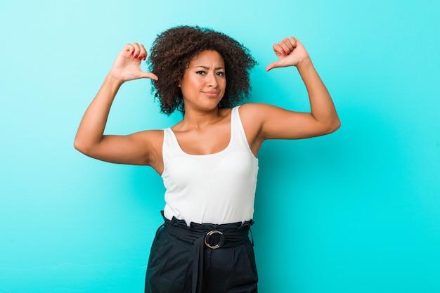 Joven mujer afroamericana se siente orgullosa y segura de sí misma, ejemplo a seguir.