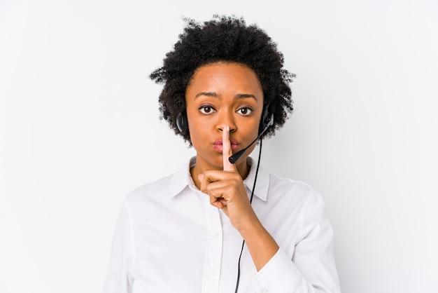 Joven mujer afroamericana telemarketer guardar un secreto o pedir silencio.