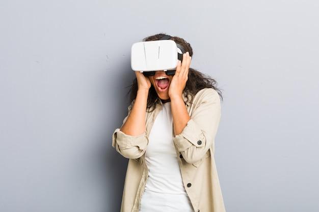 Joven mujer afroamericana usando unas gafas de realidad virtual