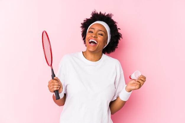 Joven, mujer americana africana, jugar al bádminton