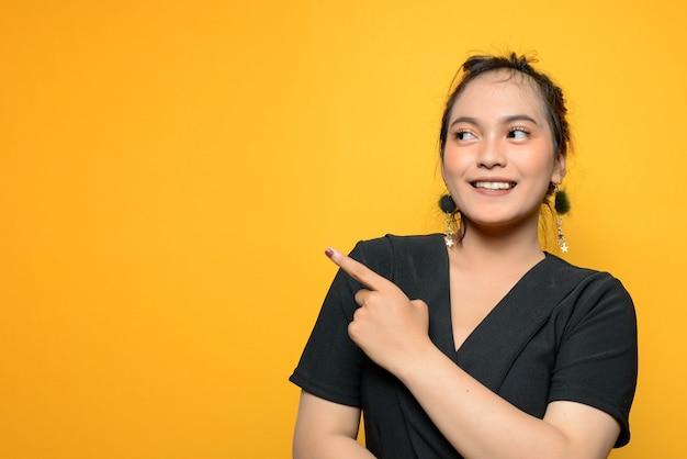 Joven, mujer asiática, en, un, blusa negra