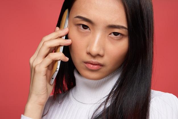 Joven mujer asiática en un espacio azul posando, diferentes emociones,