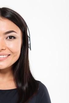 Joven mujer asiática feliz escuchando música
