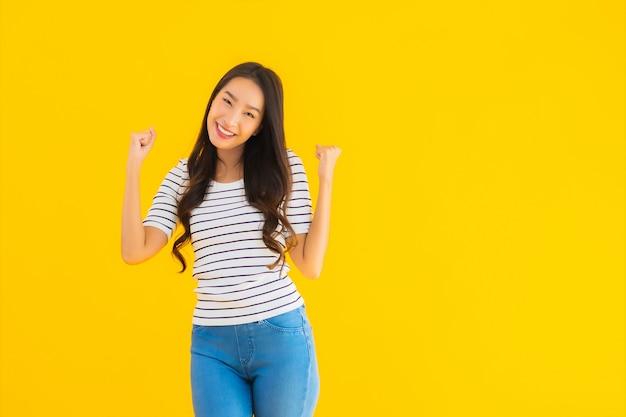 Joven mujer asiática sonrisa feliz con acción
