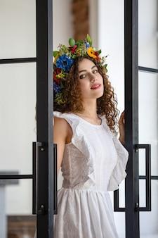 Joven mujer atractiva en balcón en loft moderno