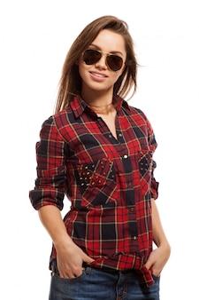 Joven mujer atractiva en camisa y gafas de sol