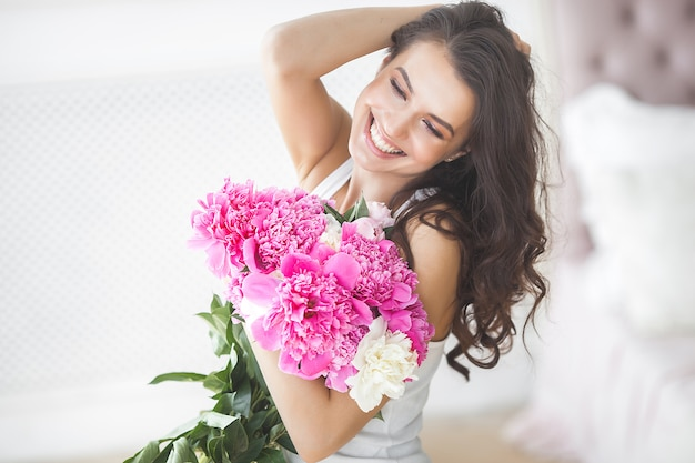 Joven mujer atractiva con flores