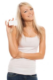 Joven mujer atractiva con tarjeta vacía