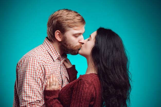 Joven y mujer besándose