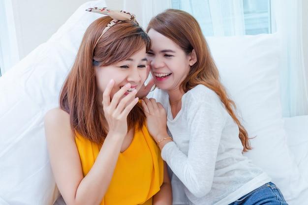 Joven mujer bonita alegre hablando juntos