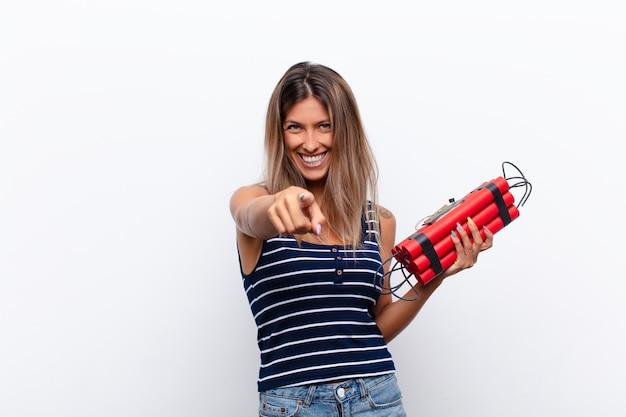 Joven mujer bonita con una bomba de dinamita.