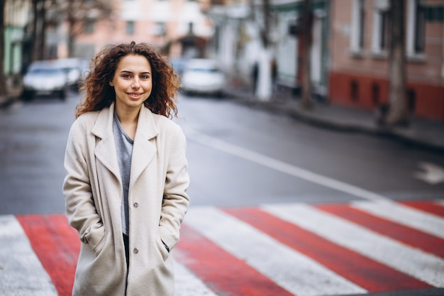 Joven mujer bonita en un cruce de peatones