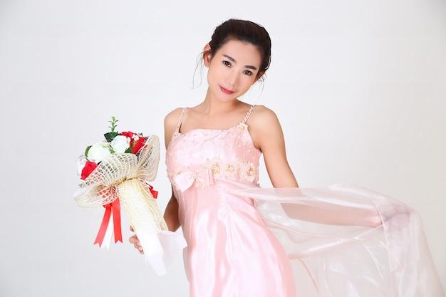 Joven mujer bonita y hermoso vestido