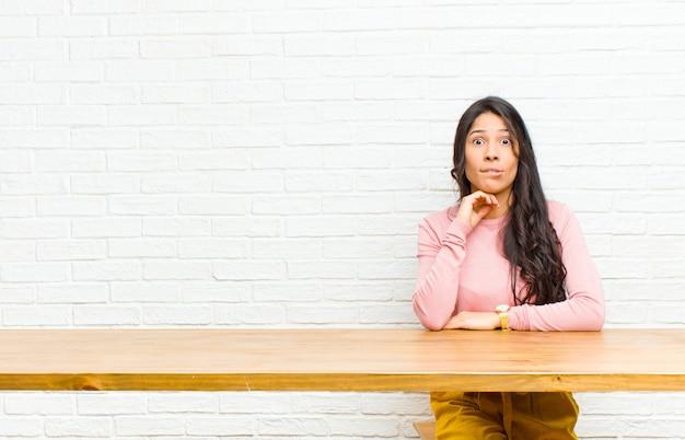 Joven mujer bonita latina se siente despistado