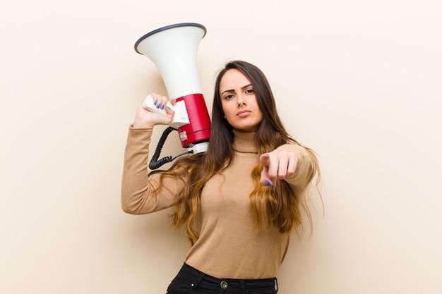 Joven mujer bonita con un megáfono
