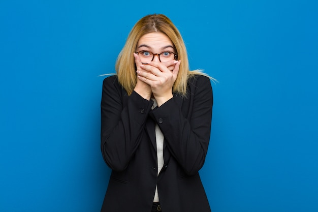 Joven mujer bonita rubia se siente estresada, frustrada y cansada