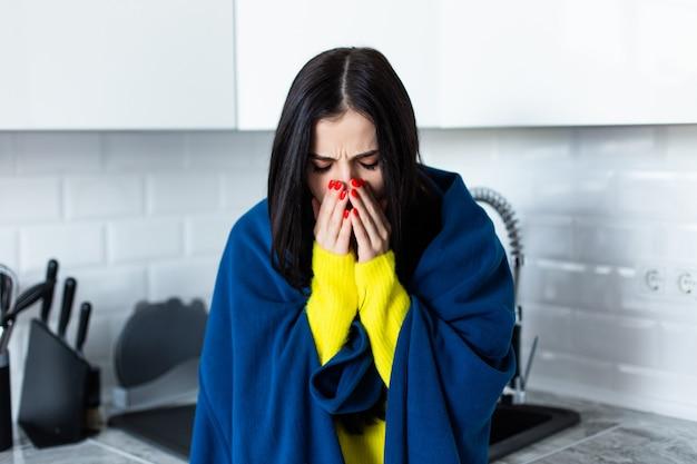 Joven mujer bonita sentirse mal enfermo de pie en la cocina