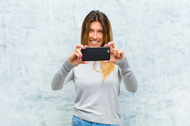 Joven mujer bonita con un teléfono inteligente