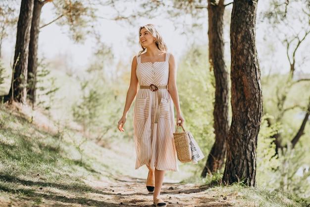Joven mujer caminando sola en el bosque