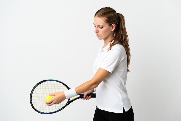 Joven mujer caucásica aislada en blanco jugando al tenis