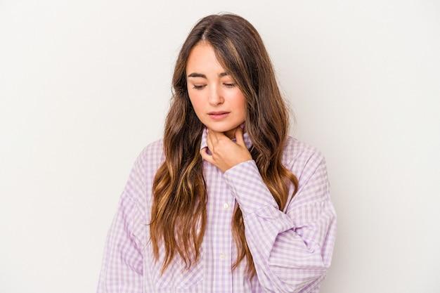 Joven mujer caucásica aislada sobre fondo blanco sufre dolor de garganta debido a un virus o infección.