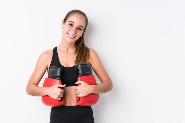 Joven mujer caucásica deportiva boxeo
