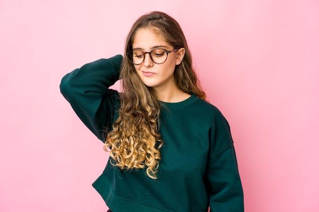 Joven mujer caucásica expresando emociones aisladas