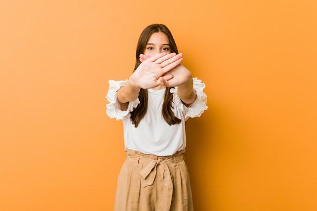 Joven mujer caucásica haciendo un gesto de negación
