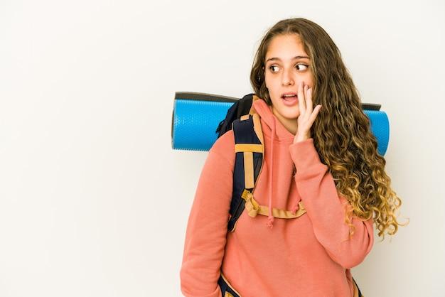 Joven mujer caucásica lista para un viaje aislado está diciendo una noticia secreta de frenado en caliente y mirando a un lado