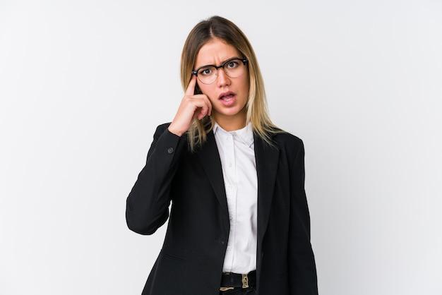 Joven mujer caucásica de negocios que muestra un gesto de decepción con el dedo índice.