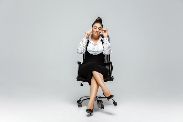Joven mujer caucásica en ropa casual. personaje femenino positivo del cuerpo, empresaria de talla grande