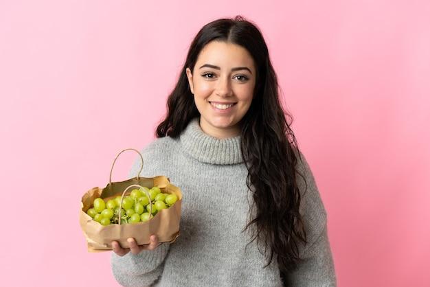 Joven, mujer caucásica, tenencia, un, uvas, aislado