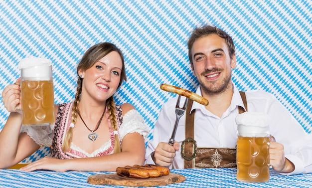 Joven y mujer celebrando el oktoberfest
