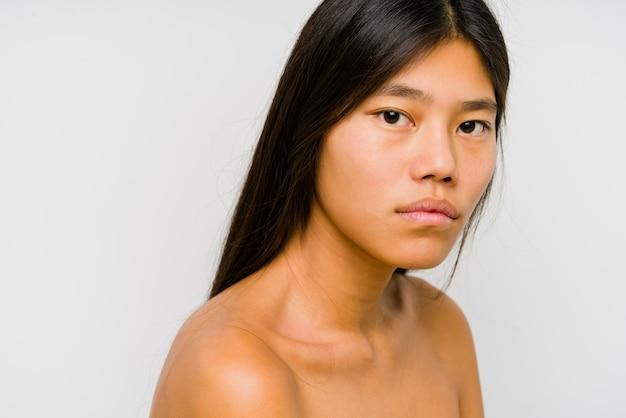 Joven mujer china cara cerca aislado