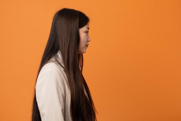 Joven mujer china de negocios mirando a la izquierda