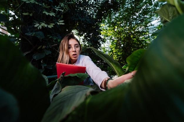 Joven mujer científica en el bosque