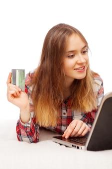 Joven mujer de compras en línea
