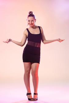 Joven mujer cool está bailando