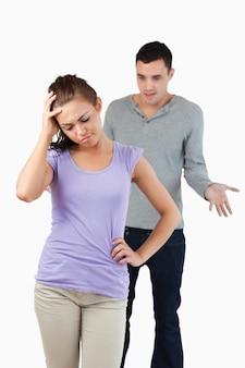 Joven mujer decepcionada con su novio