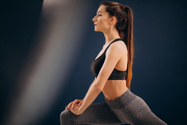 Joven mujer deportiva soing estira