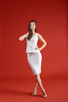 Joven mujer elegante, disparo de estudio de moda
