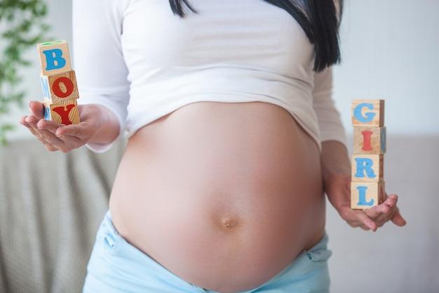 Joven mujer embarazada en el interior. closeup retrato de mujer esperando. hermosa mujer esperando su pequeño nacimiento de bebé.
