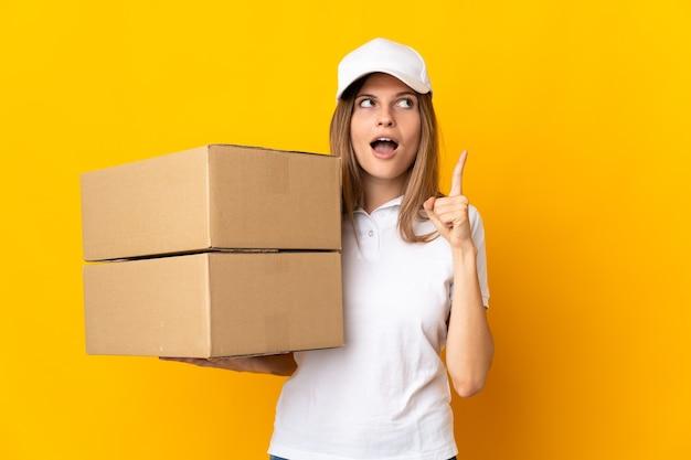 Joven mujer de entrega eslovaca aislada pensando en una idea apuntando con el dedo hacia arriba