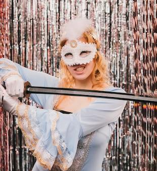 Joven mujer con espada en fiesta de carnaval