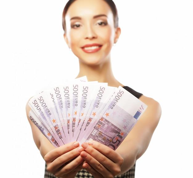 Joven mujer feliz con dólares en mano. aislado en blanco