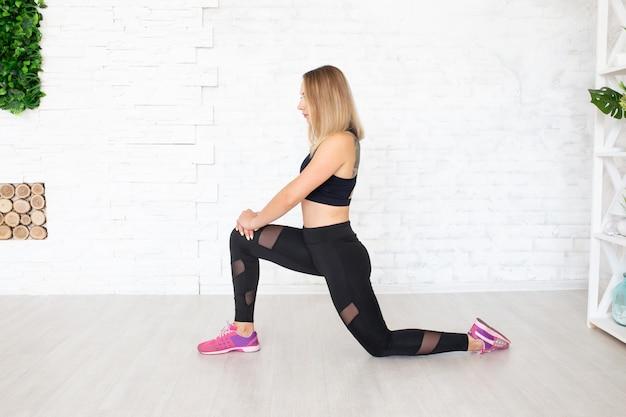 Joven mujer feliz haciendo ejercicio físico