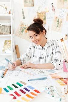 Joven mujer feliz ilustrador de moda dibujo