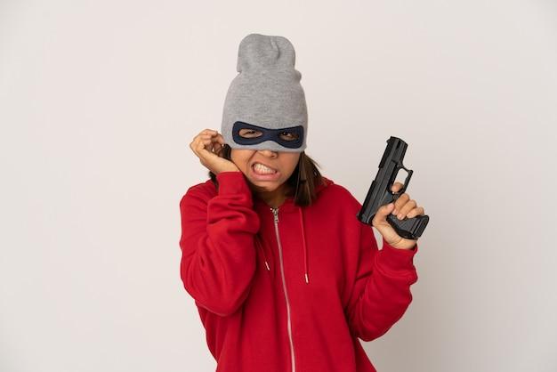 Joven mujer de gángster de raza mixta sosteniendo una pistola